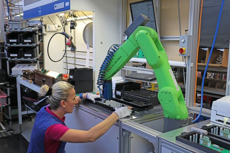 The collaborative robot is actually suitable for direct collaboration with humans.