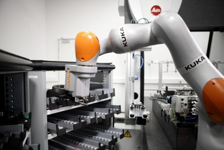 Automated measuring process: Sensitive LBR iiwa can handle different measuring devices. © KUKA