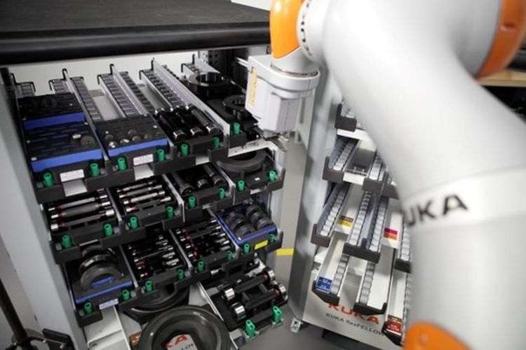 The robot detects if the compartment is empty and reacts by independently moving to the next full one. © Kuka