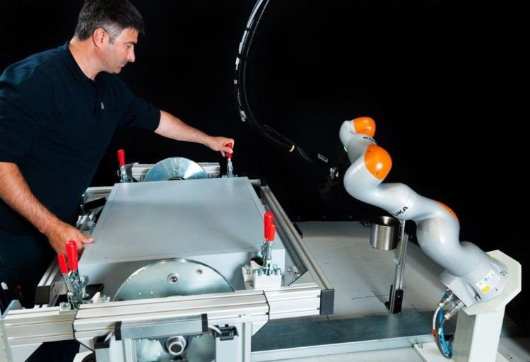 As a supplier of turnkey systems for automated adhesive bonding processes, Duerr de-velops robot cells with sensitive KUKA lightweight robots for the automotive industry. © image: KUKA
