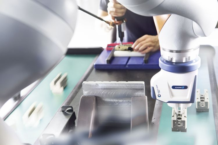 While the worker is mounting the gripper, the robot performs other tasks in parallel, such as part feeding or chamfering of components. © image: SCHUNK