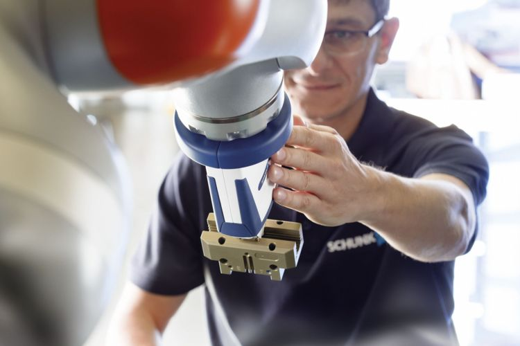 As soon as the employee finishes his or her task, he or she will confirm via a tap that the robot can pick up the component. © image: SCHUNK