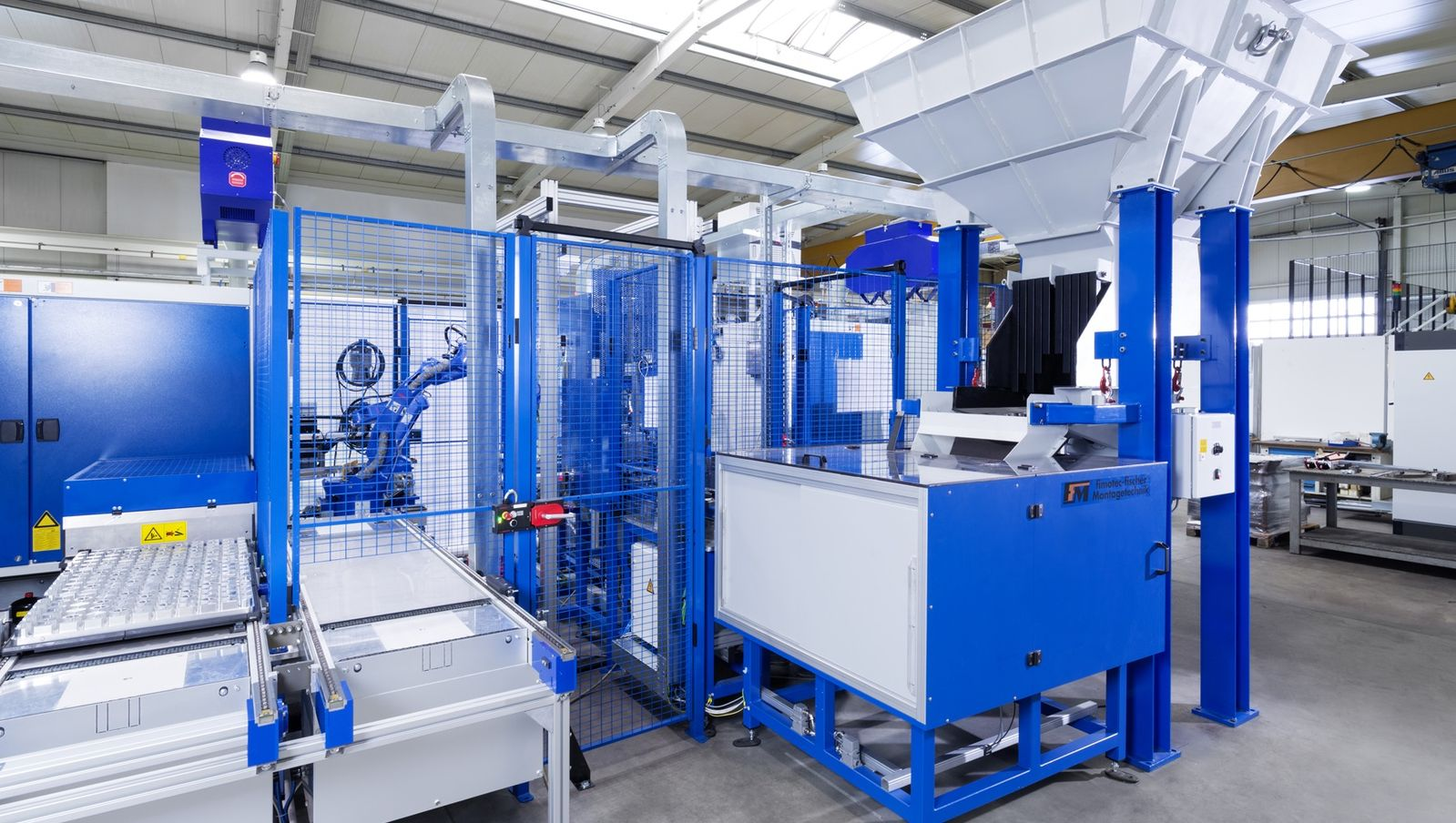 The system includes a bunker for bulk goods and a feeding bench for special parts which are fed on pallets already in the correct orientation.