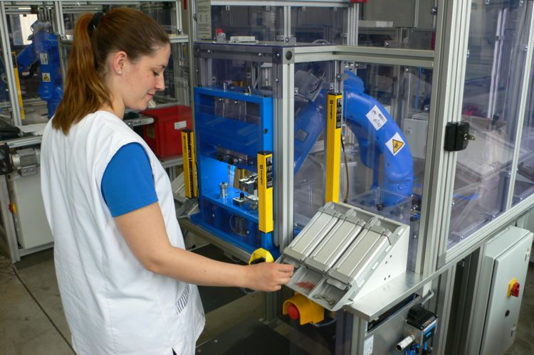 human and robot in the common workspace, © image: YASKAWA